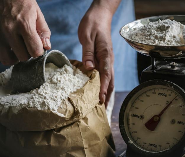 小麦粉を計量するパン屋さん