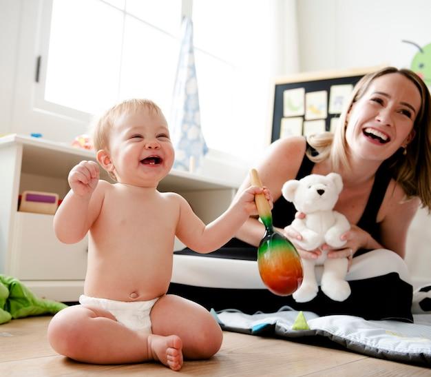 Мама играет со своим ребенком