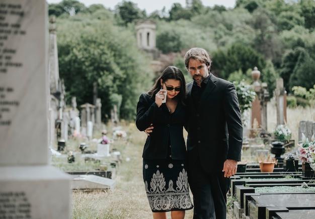 夫が彼女の喪失のために妻を慰めようとしている