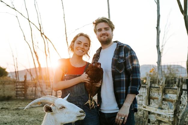 動物保護区でのボランティアのカップル