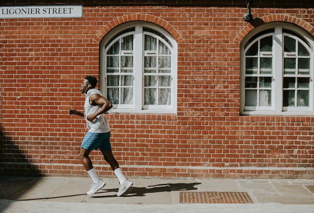 男は街でジョギング