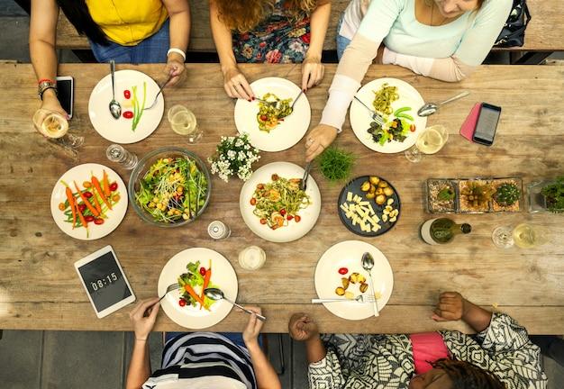 夏の昼食を共有する友達