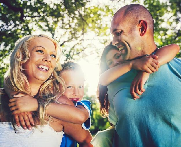 家族は公園で遊んで