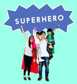 スーパーヒーローの衣装を着て幸せな家族