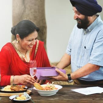 愛情のある年配のインド人カップル