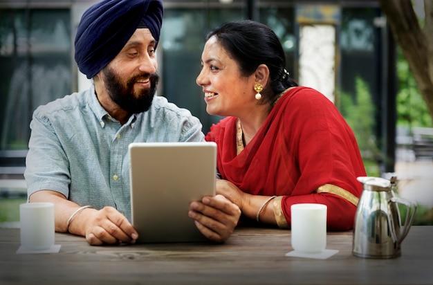 Индийская пара, используя концепцию устройства