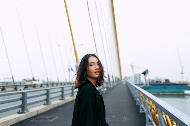 Азиатская женщина в городе