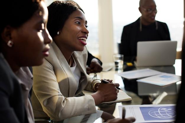多様性の人々は国際会議のパートナーシップを話します