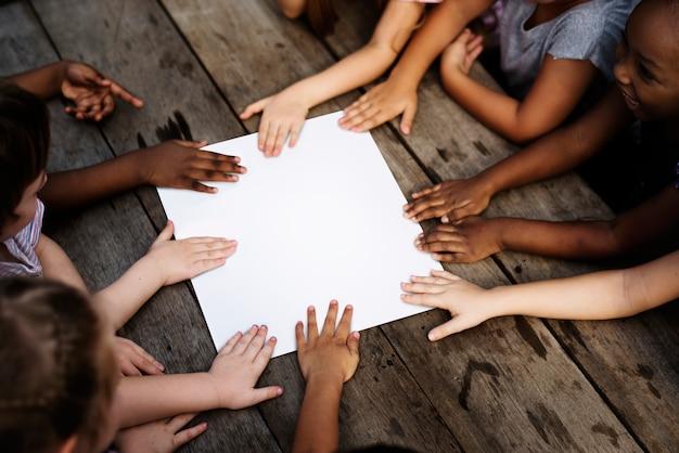 Дети держат белую доску
