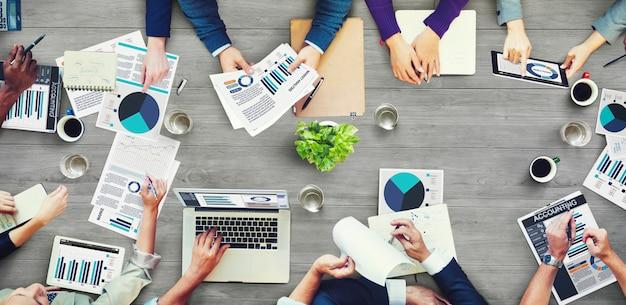 会議を行っているビジネス人々のグループ