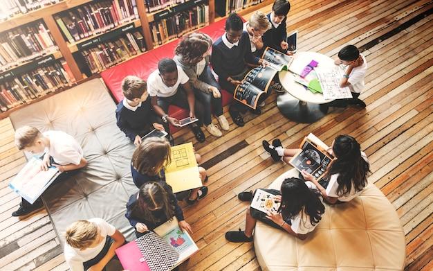 学校の先生が概念を学ぶ学生を教える