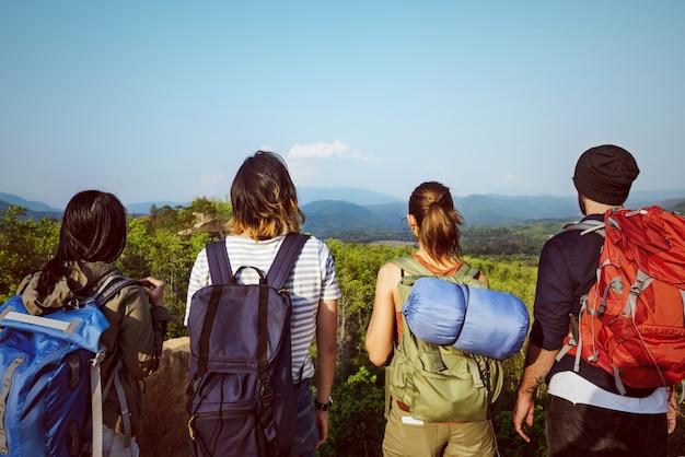 バックパッカーキャンプハイキング旅旅行トレックコンセプト