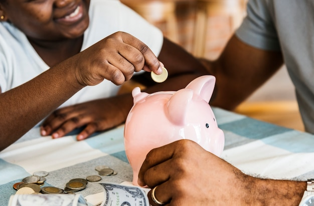 Папа и дочь копят деньги в копилку