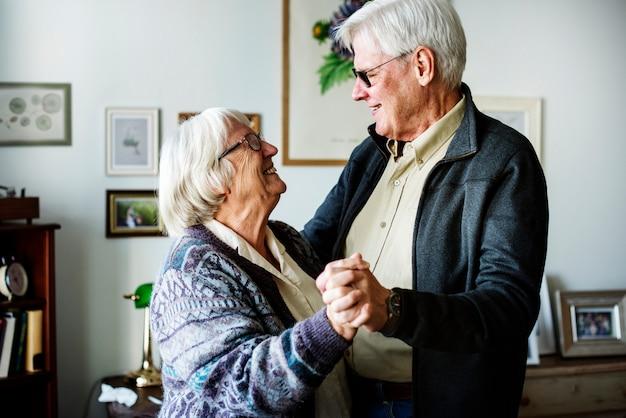 年配のカップルダンス