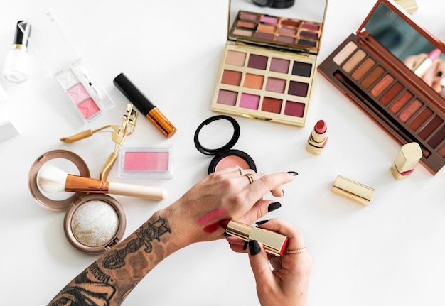 化粧をしようとしている女性