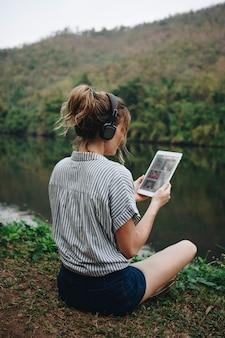 音楽を聴く自然の中で一人で女性