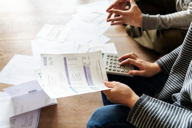 借金を管理するカップル
