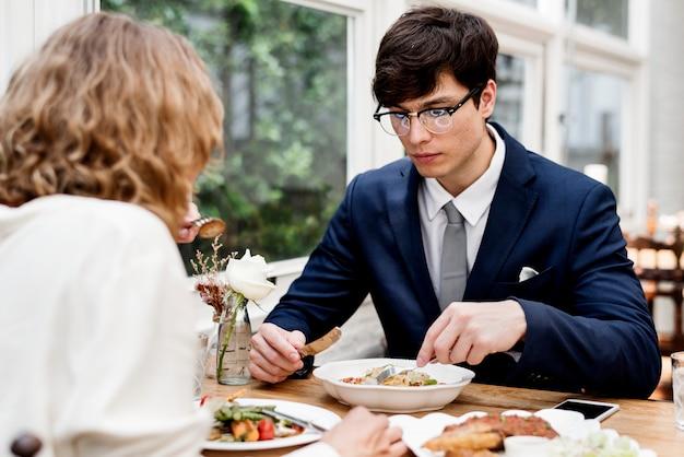一緒に夕食を食べているビジネスカップル