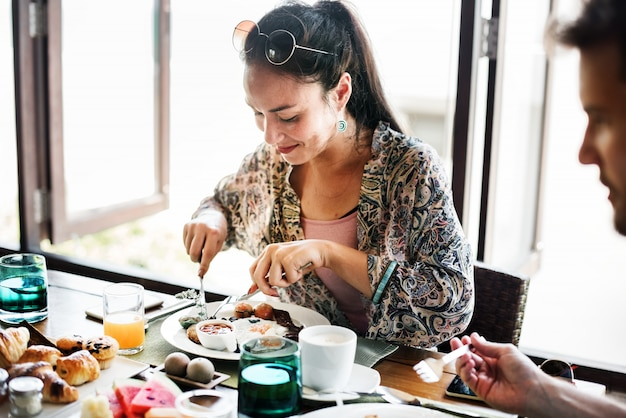 Пара ест завтрак в отеле