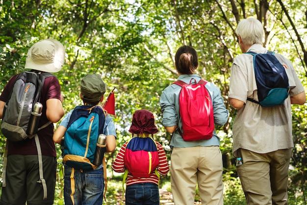 家族の森でのハイキング