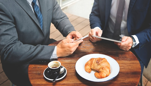 Кафе двух бизнесменов встречает концепцию беспроводного планшета