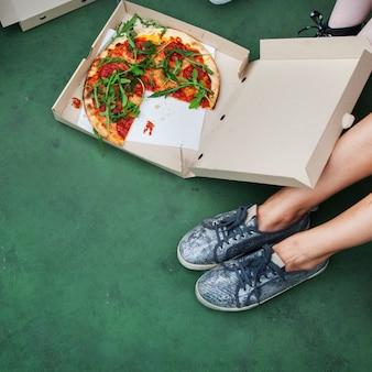 ピザ共有一体友情コミュニティの概念