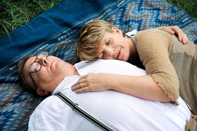 老夫婦のカップルのロマンスの愛の概念
