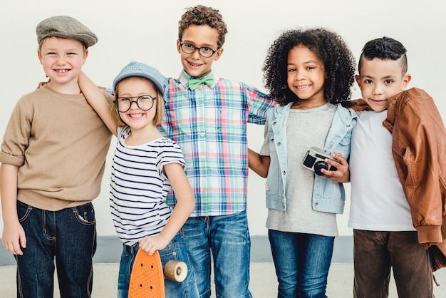 カジュアルな子供たち陽気なかわいい友達子供のコンセプト