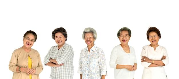アジアのシニア大人の女性のグループの人々が分離されたスタジオを設定します。