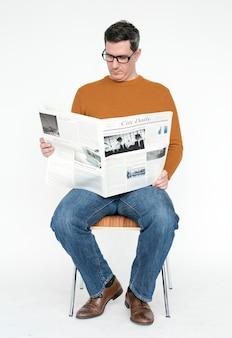 新聞を読んでいる中年の男性の肖像画