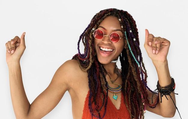 アフリカ系の女性のダンスを笑顔