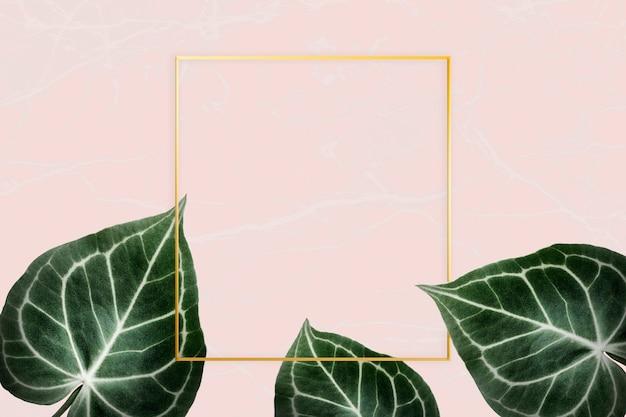 Зеленые листья на розовом значке