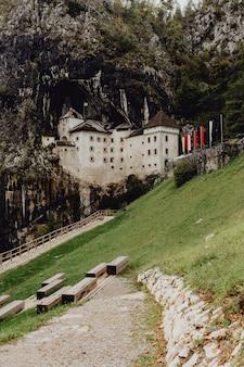 洞窟のそばのルネッサンス城