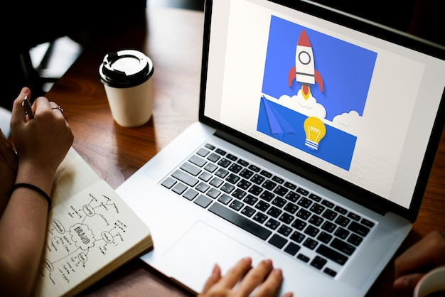 Ручная работа над графическим наложением на ноутбуке