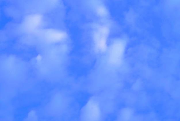 小さな白い雲と青い空を背景