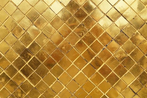 黄金のモザイクの壁の背景の水平テクスチャ