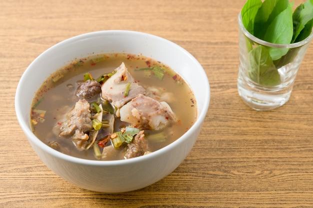 Тайский ясный пряный горячий и кислый суп из говядины, покрытый сладким базиликом.