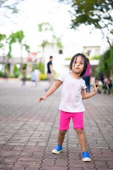 公園でのエアロビクスダンスによる少女の運動