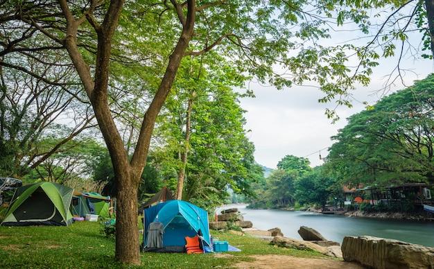 川の近くのキャンプ場とテント