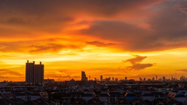 タイの夜の時間で美しい空と街並み