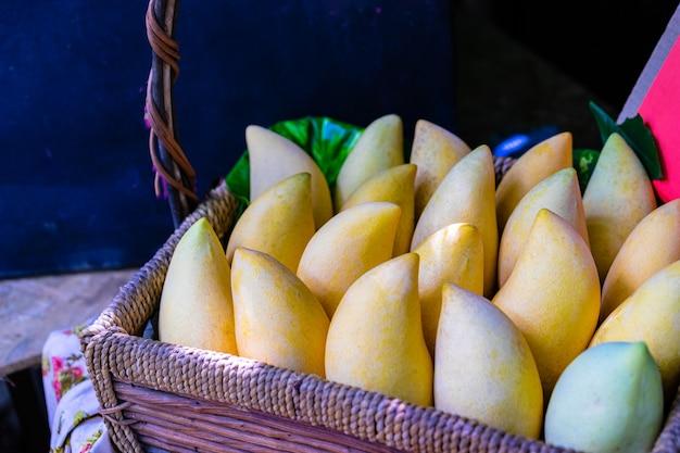 タイの市場で売っているバスケットの黄色いマンゴー