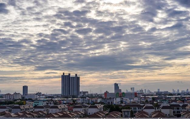夕方には美しい都市と曇り空の街並み