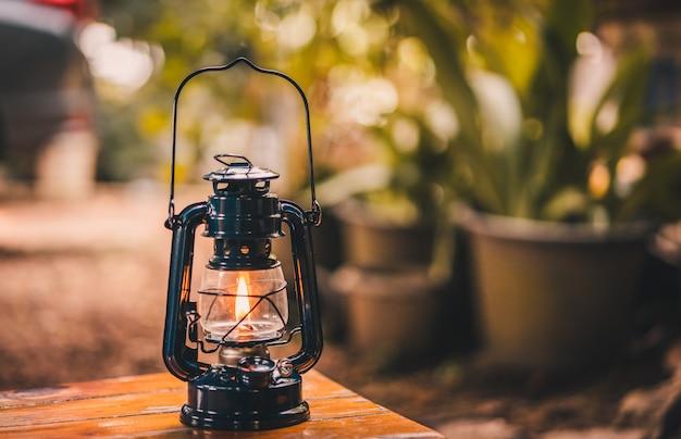 Старинный фонарь висит на столе вечером