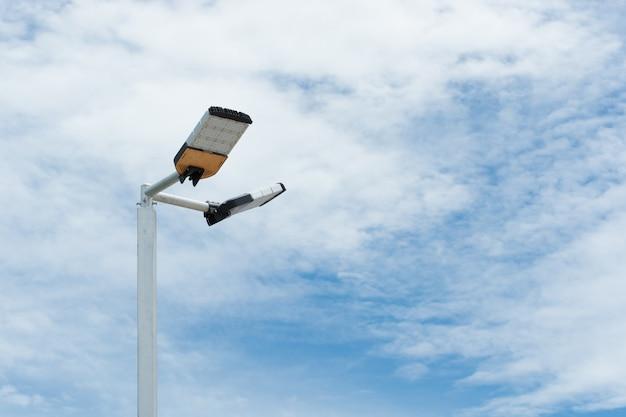 Светодиодный уличный фонарь в пасмурный день