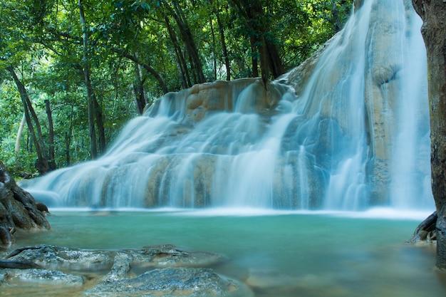 国立公園の深い森の滝、タイの美しいストリーム水有名な熱帯雨林の滝
