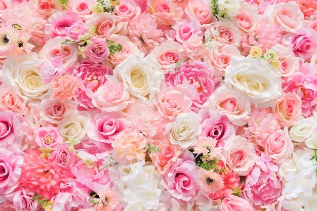 幸せなバレンタインデーの背景。美しい赤いバラ