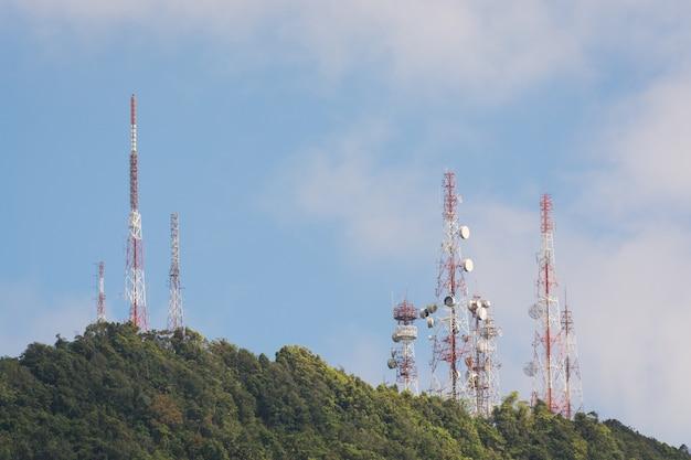 アンテナ付きの通信塔
