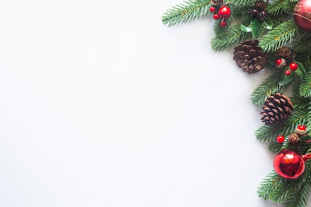 松ぼっくりとつまらないものでクリスマスの装飾