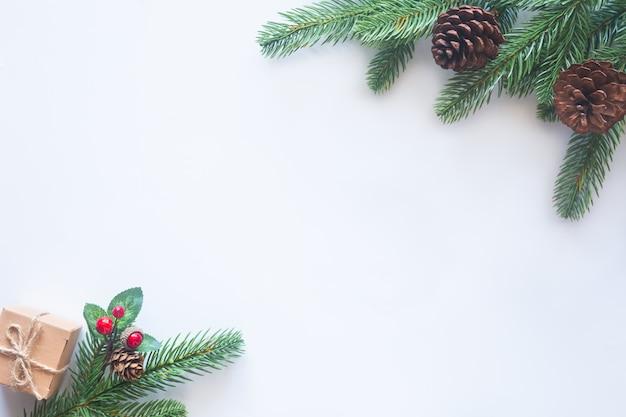フラットから白い背景の上の休日のクリスマスのテーマを置きます。