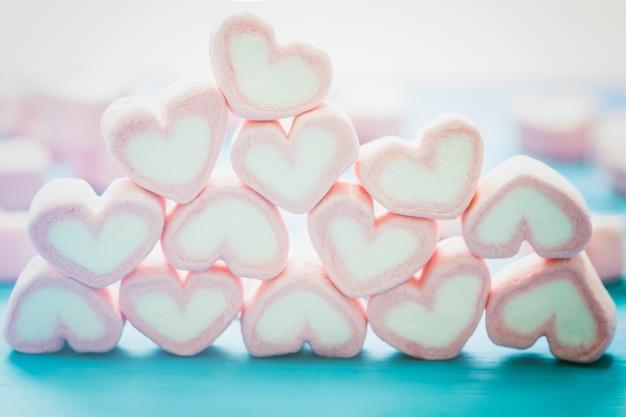 愛のテーマとバレンタインの背景のためのピンクのハート型のマシュマロ。